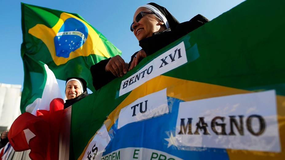 Freiras brasileiras aguardam última audiência geral do Papa Bento XVI na praça de São Pedro, no Vaticano