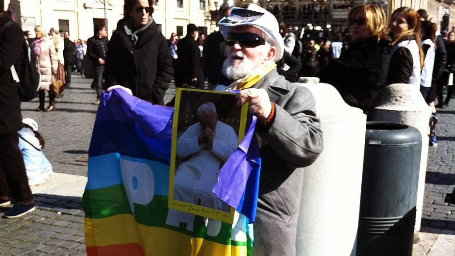 Fiéis aguardam última audiência geral do Papa Bento XVI na praça de São Pedro, no Vaticano