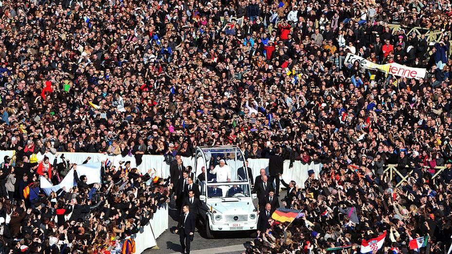Papa Bento XVI chega para a última audiência geral na praça de São Pedro, no Vaticano