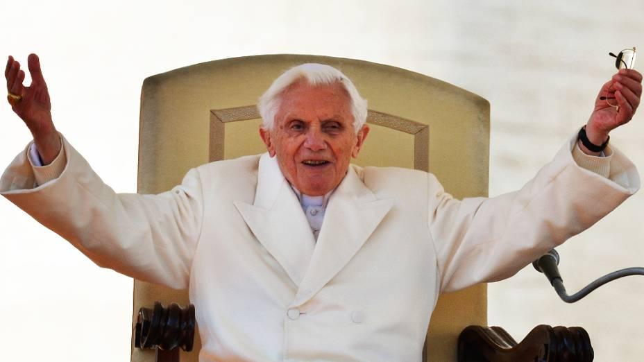 Bento XVI acena para fiéis reunidos na praça de São Pedro, no Vaticano