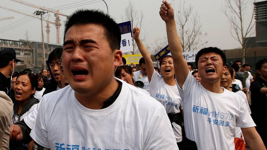 <p>Parentes de passageiros do avião desaparecido da Malaysia Airlines fazem passeata em Pequim em protesto contra governo malaio</p>
