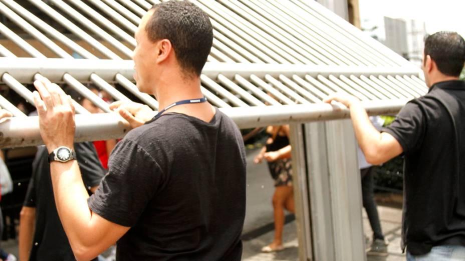 Seguranças fecham, às 13h, os portões do prédio da Uninove, na zona Oeste da capital paulista, neste domingo