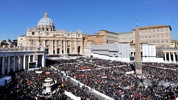 Fiéis aguardam início da histórica última audiência pública de Bento XVI