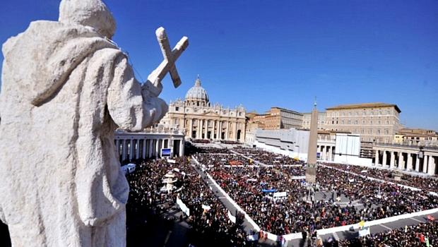 Multidão toma conta da Praça de São Pedro antes da última audiência pública do papa Bento XVI