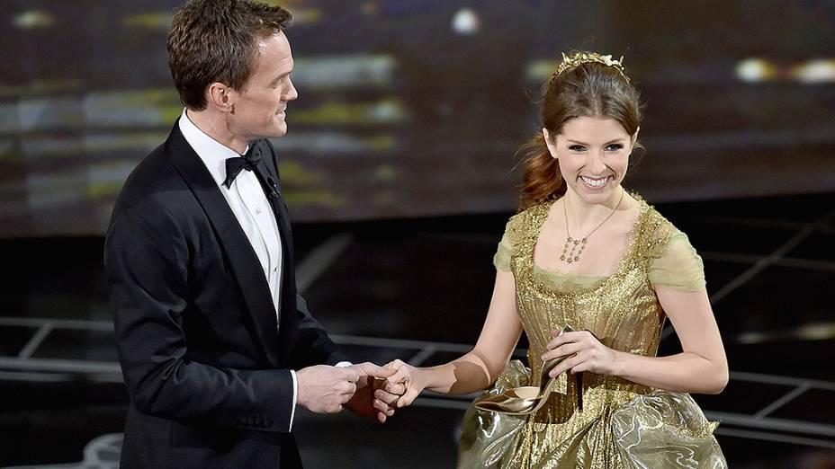 Neil Patrick Harris e Anna Kendrick apresentam número musical no palco do Oscar 2015