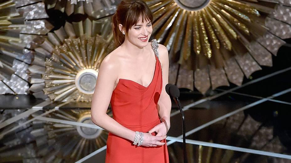 Dakota Johnson apresenta número musical do Oscar 2015