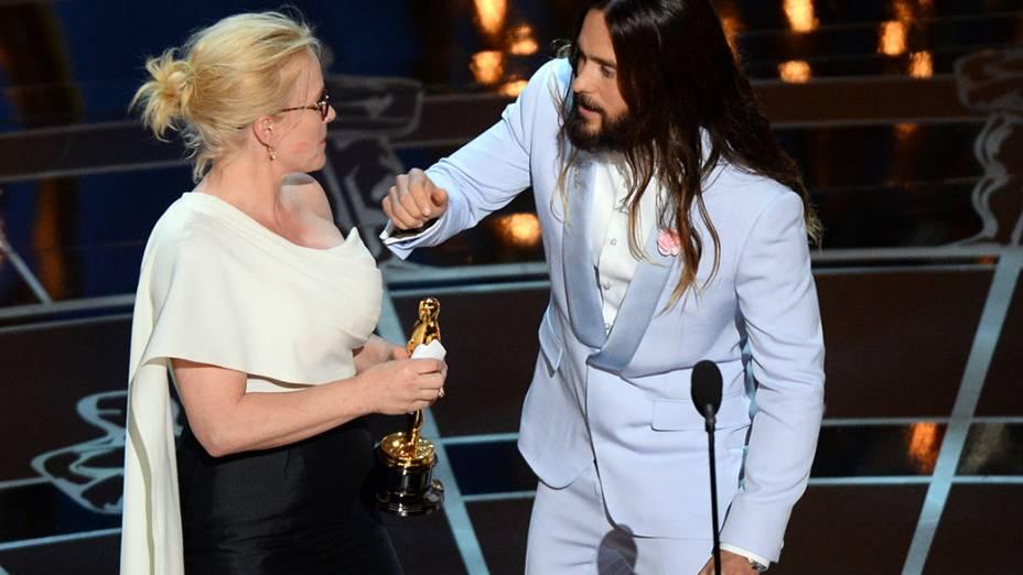 Patricia Arquette recebe de Jared Leto o Oscar de melhor atriz coadjuvante por Boyhood