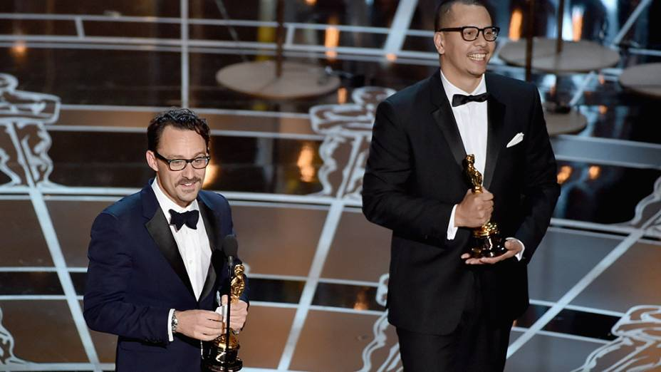 Mat Kirkby e James Lucas recebem o Oscar de melhor curta-metragem de ficção por The Phone Call