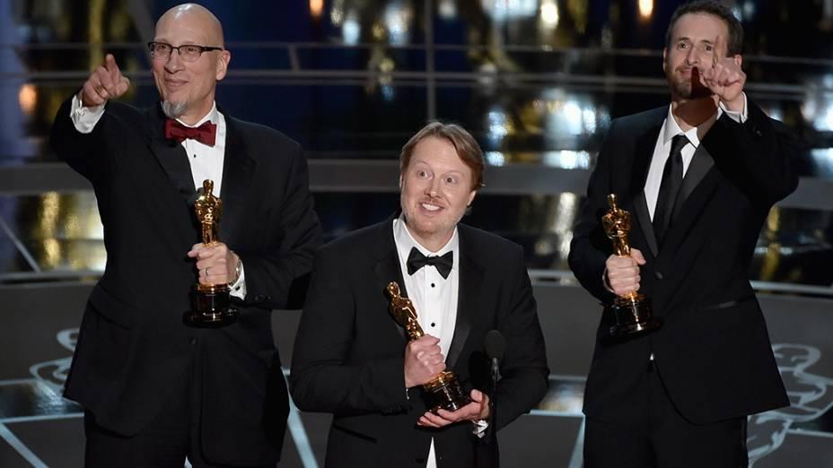 O diretor Don Hall (centro) recebe o Oscar de melhor animação por Operação Big Hero