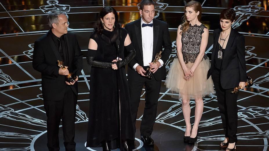 A diretora Laura Poitras recebe o Oscar de documentário por CitizenFour