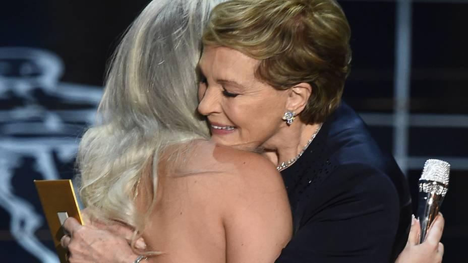 Julie Andrews, protagonista de Noviça rebelde, abraça Lady Gaga