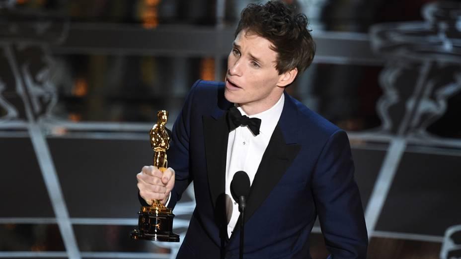 Eddie Redmayne recebe o Oscar de melhor ator por A teoria de tudo