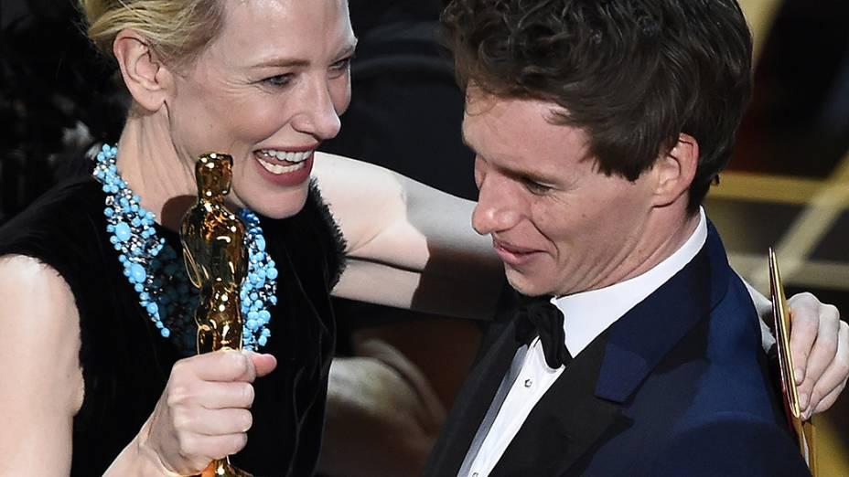 Eddie Redmayne recebe o Oscar de melhor ator