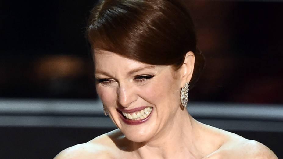 Julianne Moore recebe o Oscar de melhor atriz por Para sempre Alice