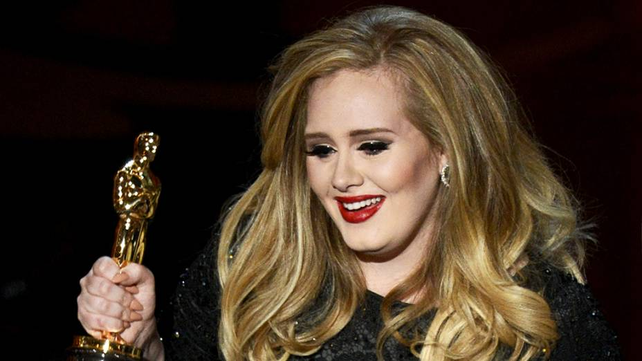 Cantora Adele Adkins recebe Oscar por Melhor Canção Original durante premiação da academia