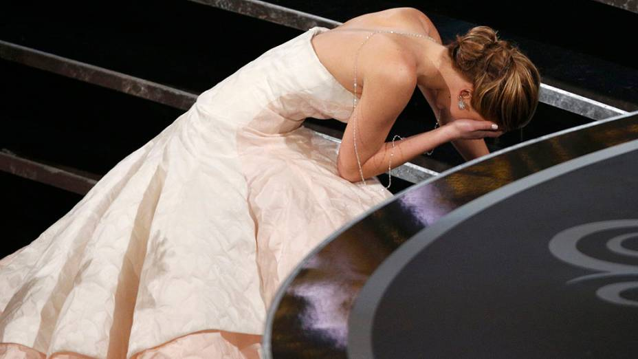 Jennifer Lawrence cai ao subir no palco do Oscar 2013