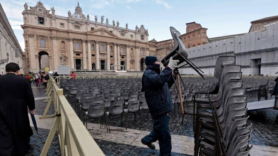 Funcionário arruma cadeiras para a última audiência de Bento XVI, no Vaticano