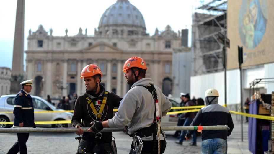 Trabalhadores na Praça São Pedro, no Vaticano