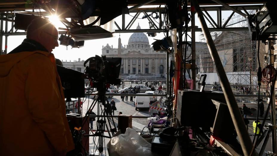 Equipes de TV na Praça São Pedro, para a última audiência de Bento XVI, no Vaticano