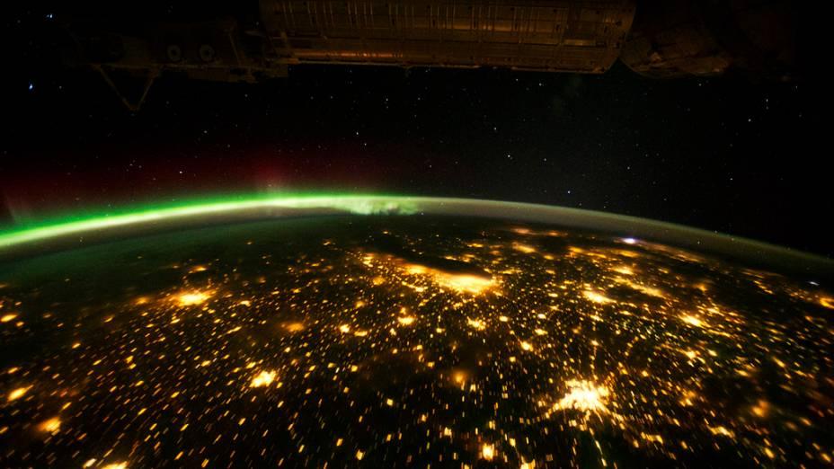 <p>Meio-Oeste dos Estados Unidos durante a noite, em verde, uma Aurora Boreal</p>