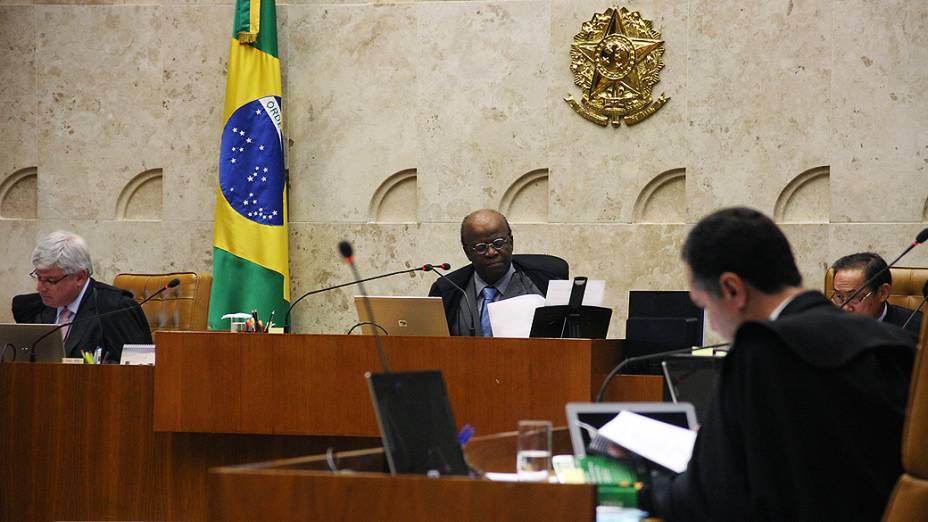 Presidente do STF, ministro Joaquim Barbosa durante sessão para julgar os recursos dos 13 réus que não tem direito aos embargos infringentes no processo do mensalão, nesta quinta-feira (14)