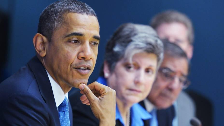 Presidente Barack Obama participa de uma reunião na sede da Agência Federal de Gerenciamento de Emergências em Washington, DC,em 31 de outubro de 2012