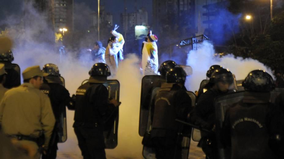 Policiais dispersam partidários do presidente deposto Fernando Lugo, no Paraguai