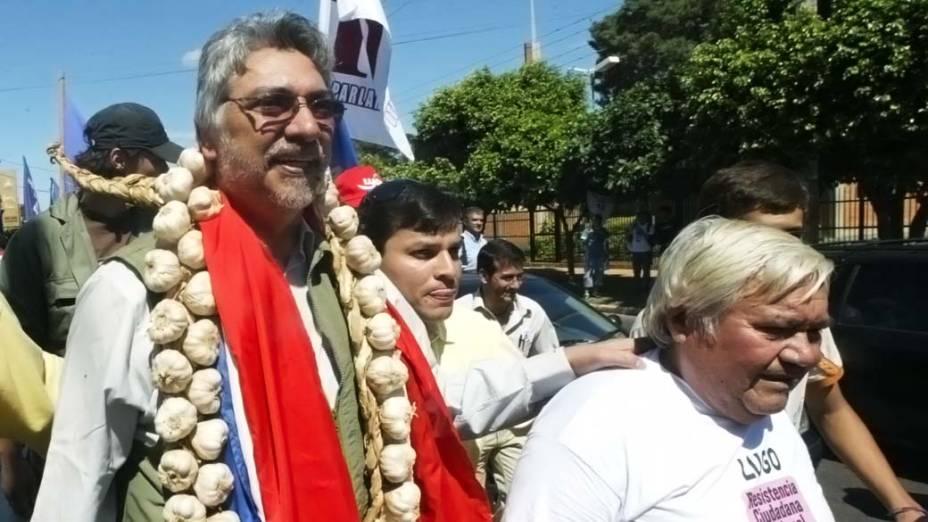 Fernando Lugo, com alhos no pescoço, durante sua campanha eleitoral para presidente em 2008
