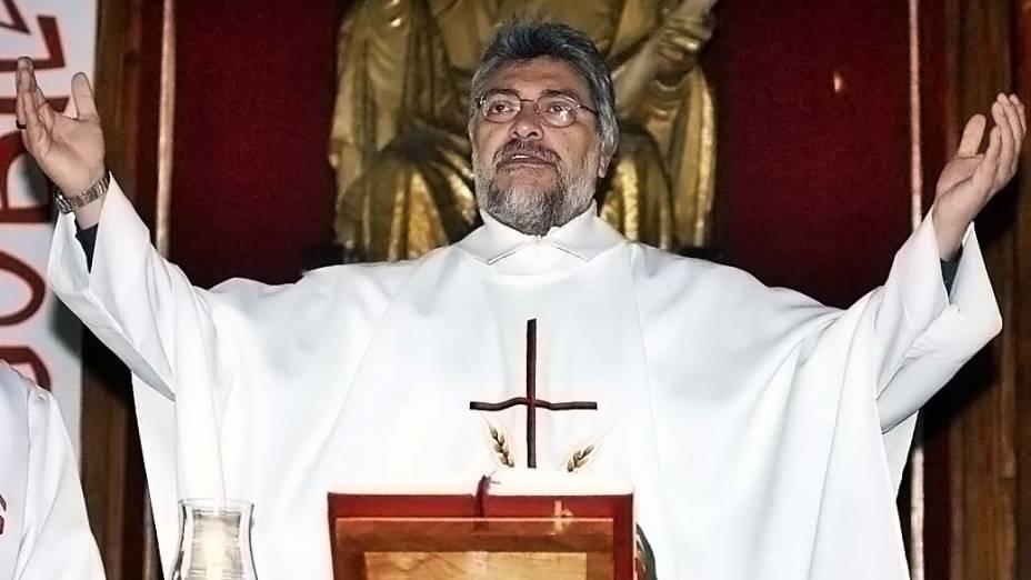 Fernando Lugo, bispo na época, celebra missa católica no Paraguai antes de renunciar para entrar na carreira política