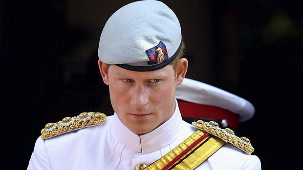 Príncipe Harry durante uma missa em Nassau