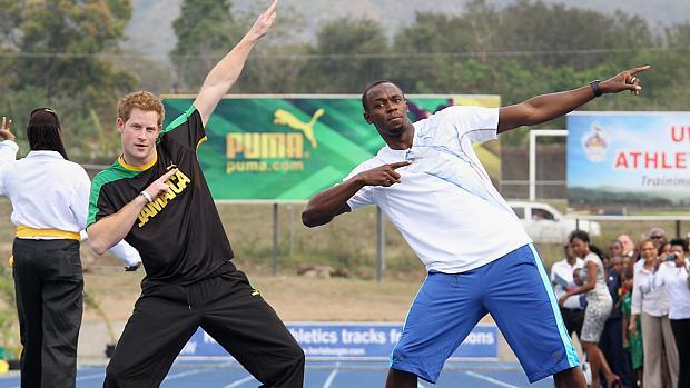 Príncipe Harry imita o gesto que Bolt consagrou ao bater recordes em corridas
