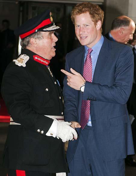 Príncipe Harry ao ser recebido pelo Senhor Tenente da Grã Bretanha, David Brewer, antes da cerimônia de premiação da WellChild, organização que cuida de crianças doentes no Reino Unido