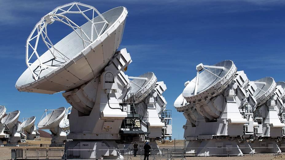 <p>O ALMA foi construído para operar em comprimentos de onda muito pequenos, chamados de submilimétricos. Desse modo, pode observar objetos muito antigos e frios</p>