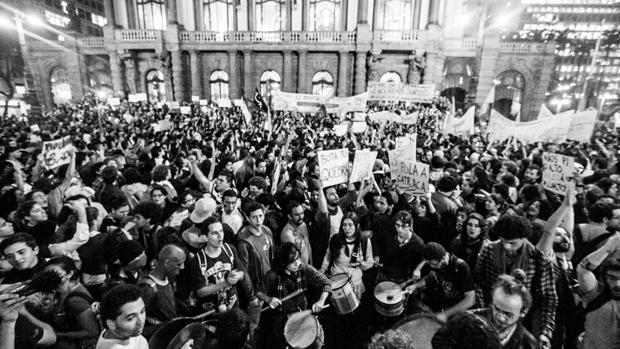 Concentração de manifestantes contra o aumento da passagem em São Paulo
