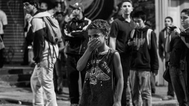 Criança protege o rosto durante protesto contra o aumento das passagens em São Paulo