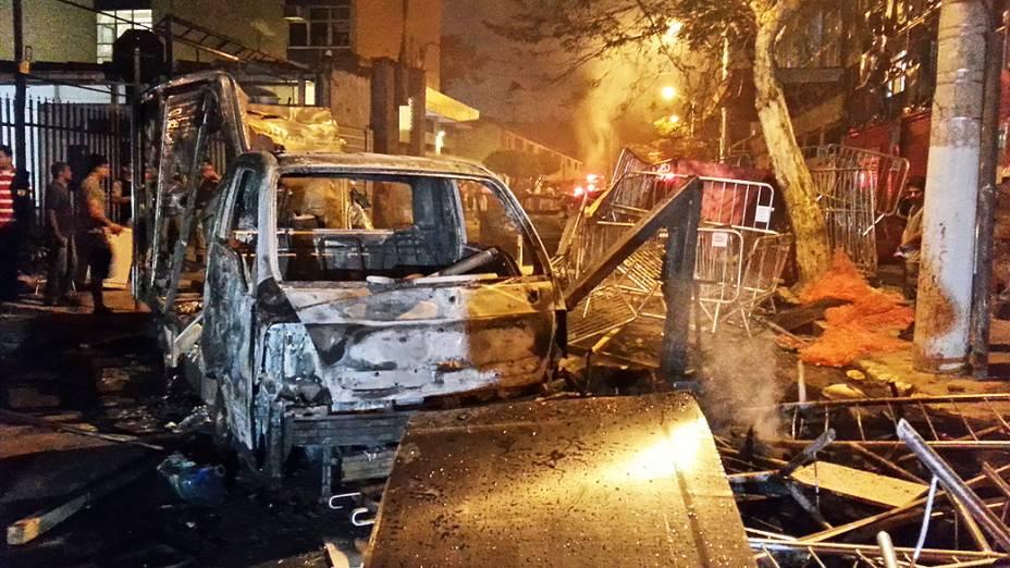Belo Horizonte - Carro queimado no meio dos protestos. em Belo Horizonte