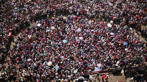 Milhares de manifestantes estão reunidos nesta terça-feira na praça Tahrir exigindo a saída de Mursi