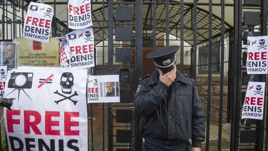 Protesto em frente à embaixada russa em Kiev, na Ucrânia, pede a libertação de ativista do Greenpeace