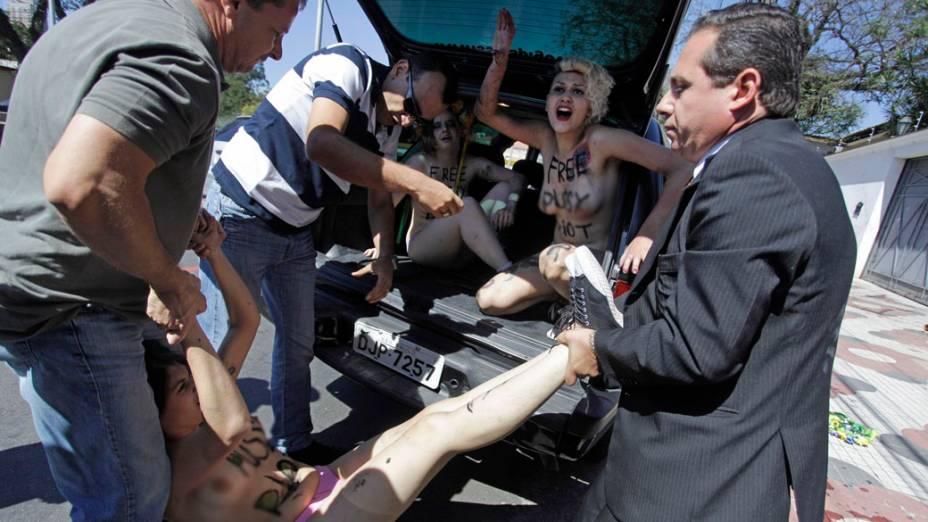 Ativista do grupo Femen é detida durante protesto em prol da liberdade da banda russa Pussy Riot, em frente ao consulado da Rússia, em São Paulo