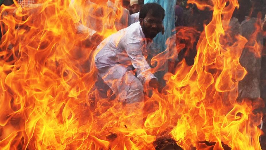 Manifestantes queimam bandeira dos EUA em Calcutá, na Índia contra filme que ironiza Maomé