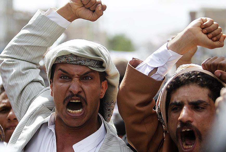 Manifestantes protestam perto da embaixada americana em Sanaa (Iêmen) contra filme que ironiza profeta Maomé