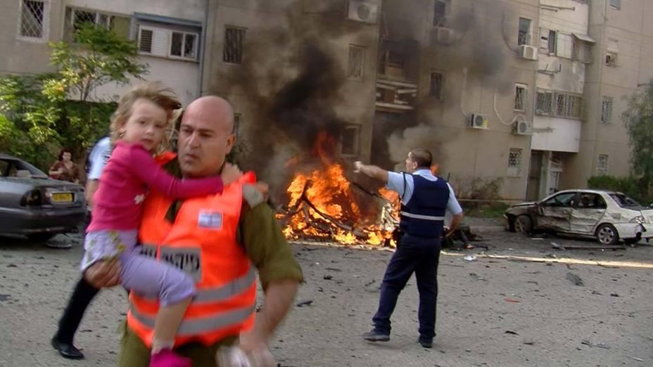 Em Israel, soldado evacua local atingido por um foguete lançado por militantes palestinos da Faixa de Gaza