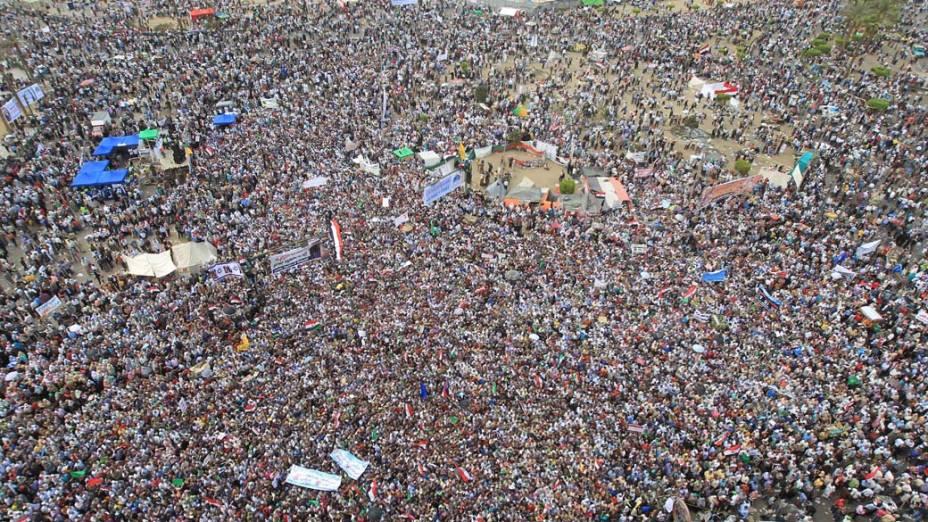 """Vista geral do protesto dos islamitas com o slogan """"proteja a revolução"""" que ocorreu na praça Tahir no Cairo, Egito"""
