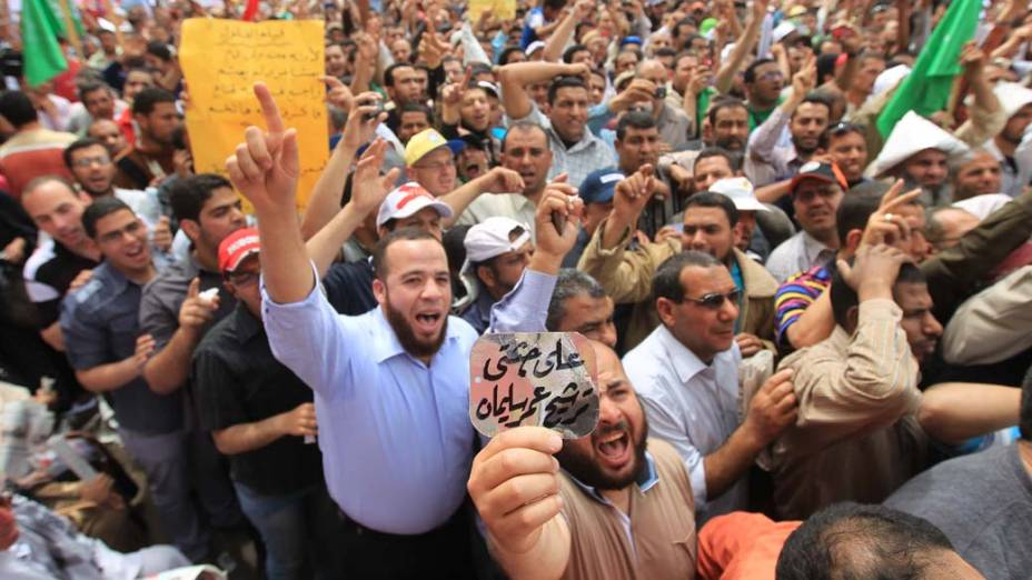 Manifestantes exigem que membros do antigo regime sejam afastados de cargos públicos