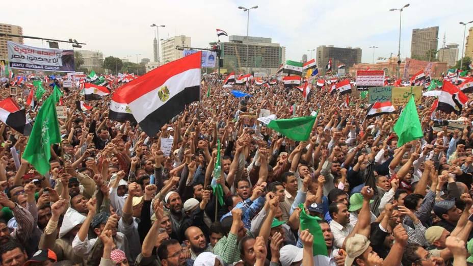 Muçulmanos e salafistas (diferente vertente do movimento islâmico) estão entre os manifestantes na praça Tahir no Cairo, Egito