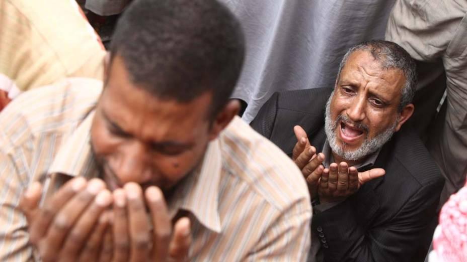 Homens islamistas rezam em meio às manifestações na praça Tahrir no Cairo, Egito
