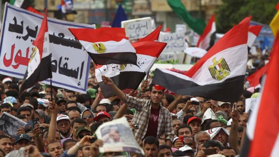 Manifestantes agitam bandeiras nacionais durante protesto contra membros do antigo regime no governo do Egito