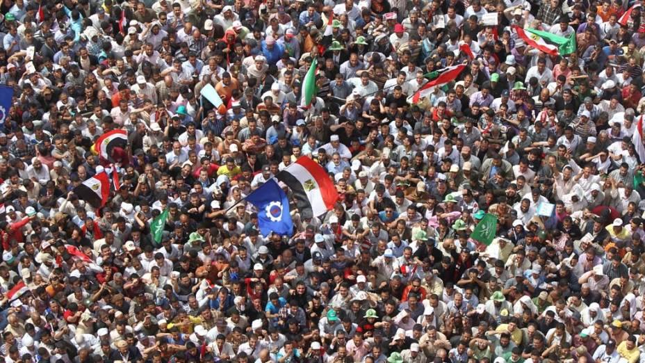 Dezenas de milhares de pessoas se reuniram na praça Tahrir mostrando seu poder de convocação em uma grande manifestação