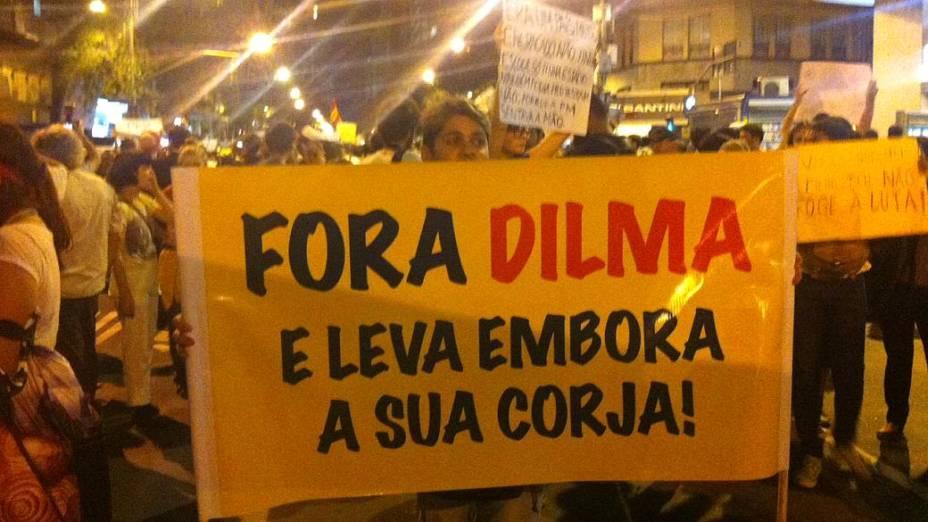 """Protesto no Rio: em cartaz, manifestante pede """"Fora, Dilma"""""""