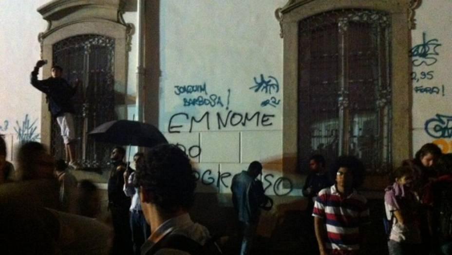 Protesto no Rio: manifestantes picham prédios históricos